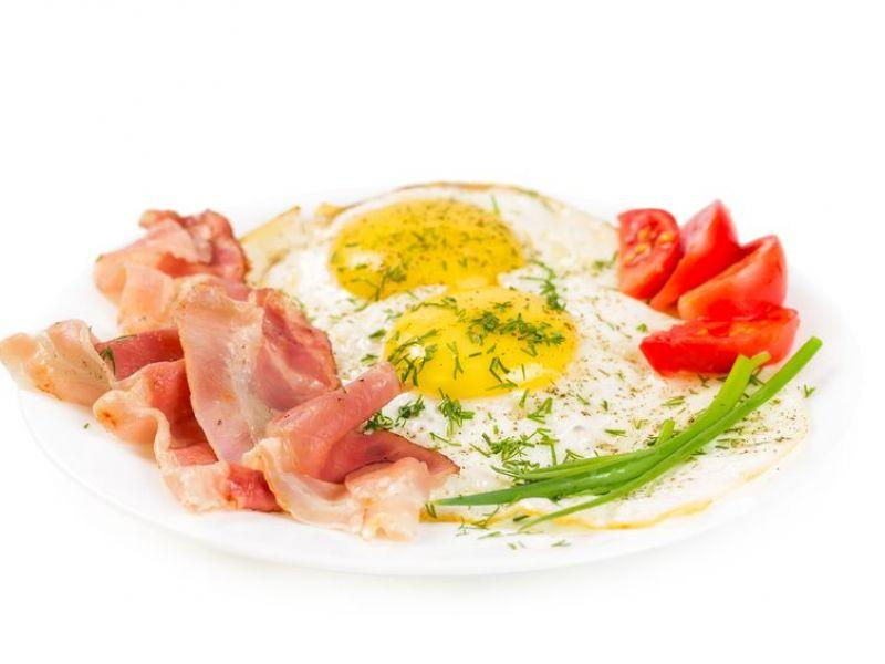 Oeufs au plat bacon-fromage