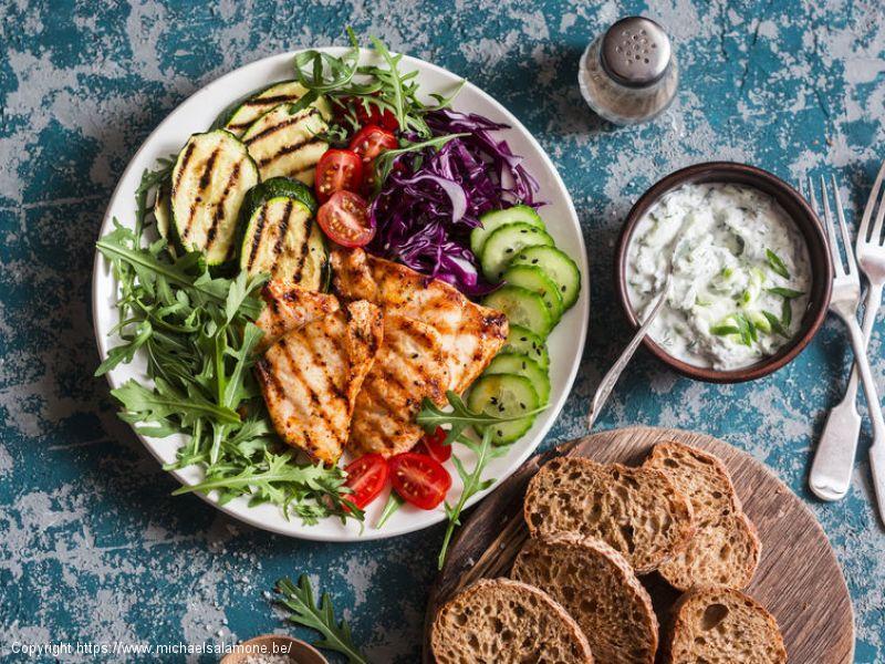 Poitrine de poulet grillé, courgettes et légumes du jardin